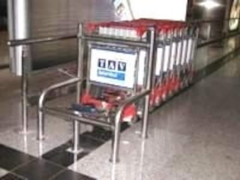 空港のコイン式カート