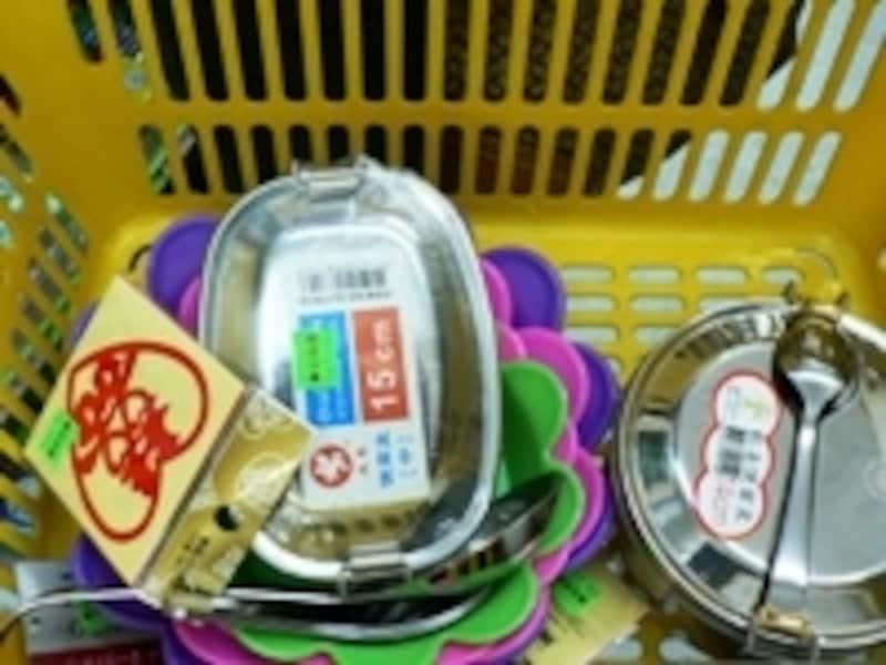 ある日本人女性のカゴの中身は、お弁当箱、レンゲ、シール、鉢皿など楽しいもの満載でした