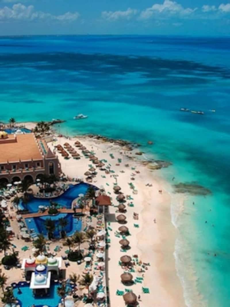 豪華なホテルとカリブ海。憧れのリゾート地、カンクン!©CARIBEMEXICANO