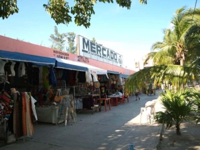 ダウンタウンの庶民的な民芸品市場メルカド28