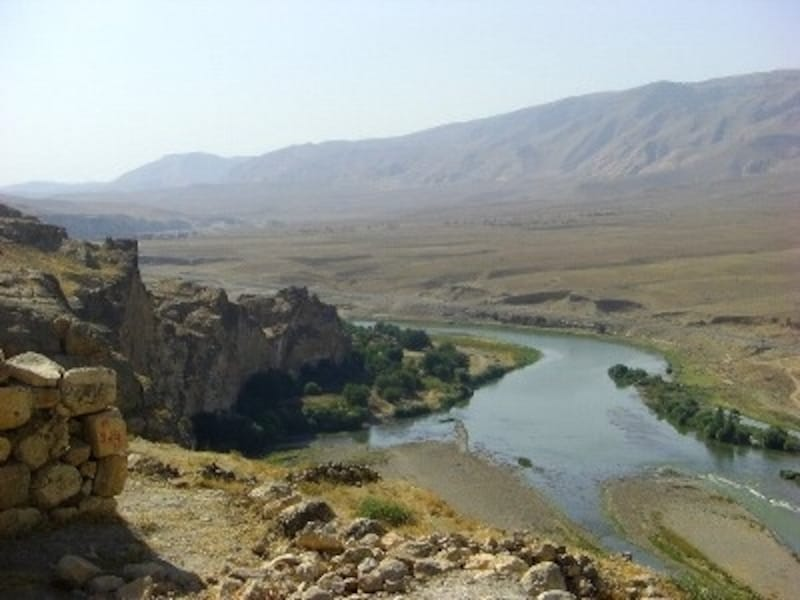 南東トルコを流れるユーフラテス川の風景