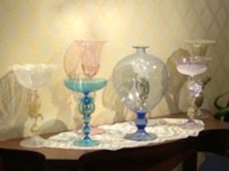 透明感のある美しい色合いのガラスは、まるでジュエリーのよう