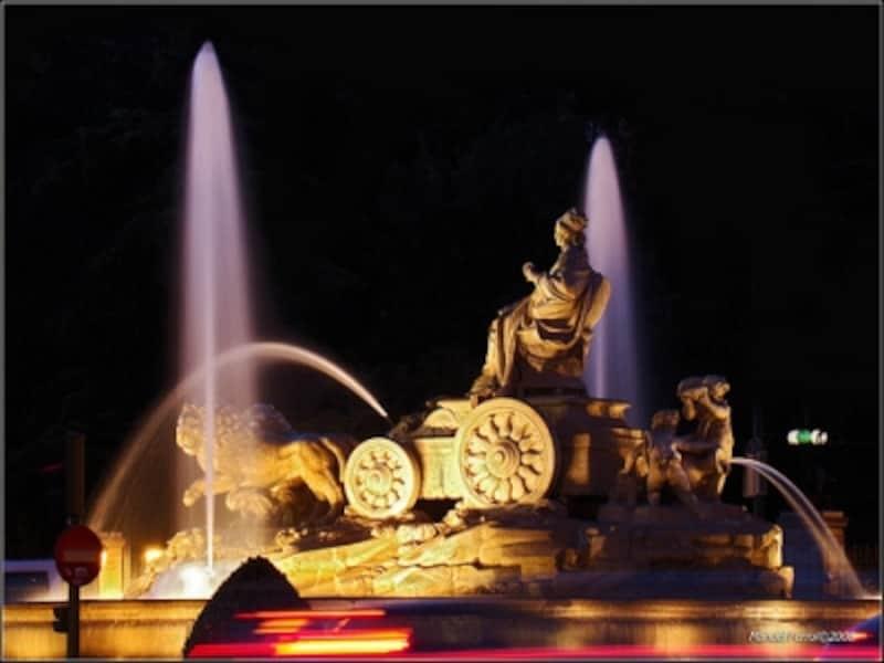 夜の街に映えるシベレス広場の像