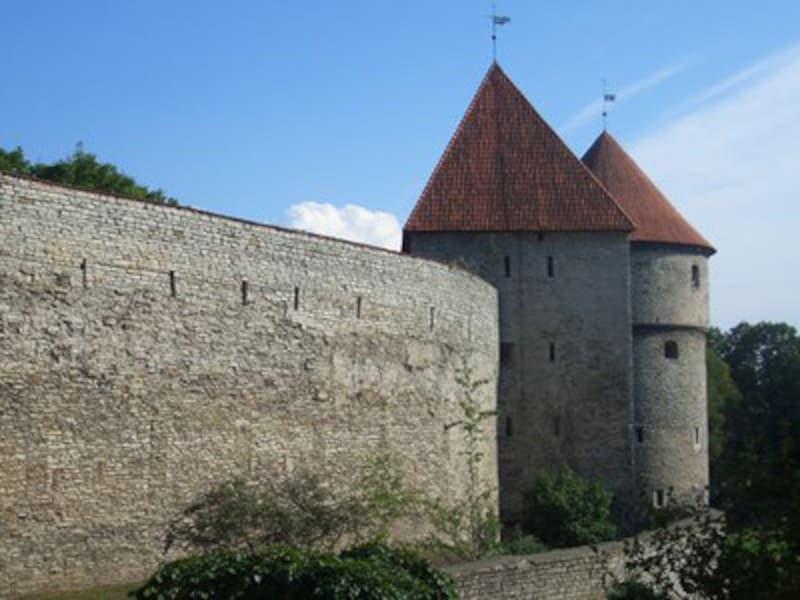 「台所を覗く塔」と呼ばれるタリンの人気観光スポット。15世紀に築かれたどっしりした円筒状の塔が有名