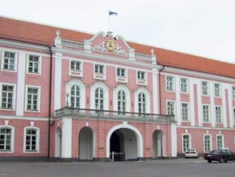 大聖堂の向かいに建つ国会議事堂の建物