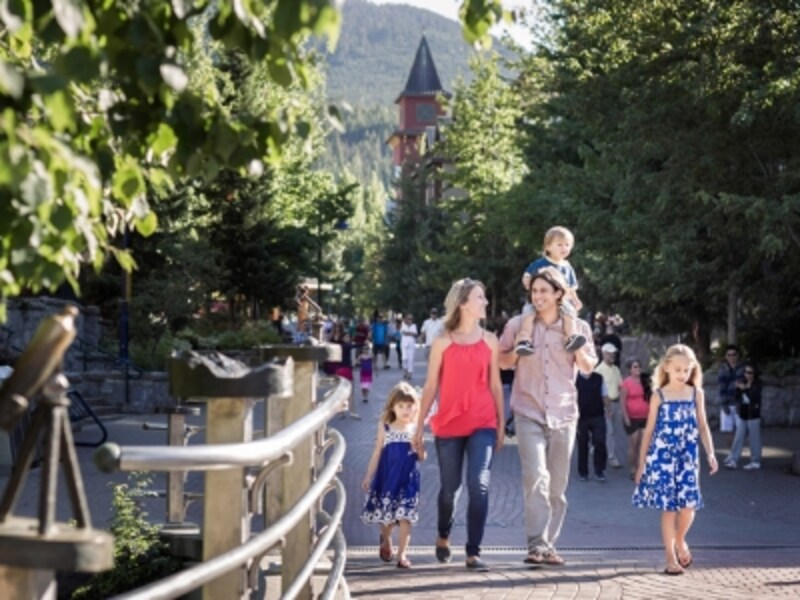 ウィスラービレッジはファミリーに優しい歩行者天国(C)TourismWhistler/RobinO'Neill