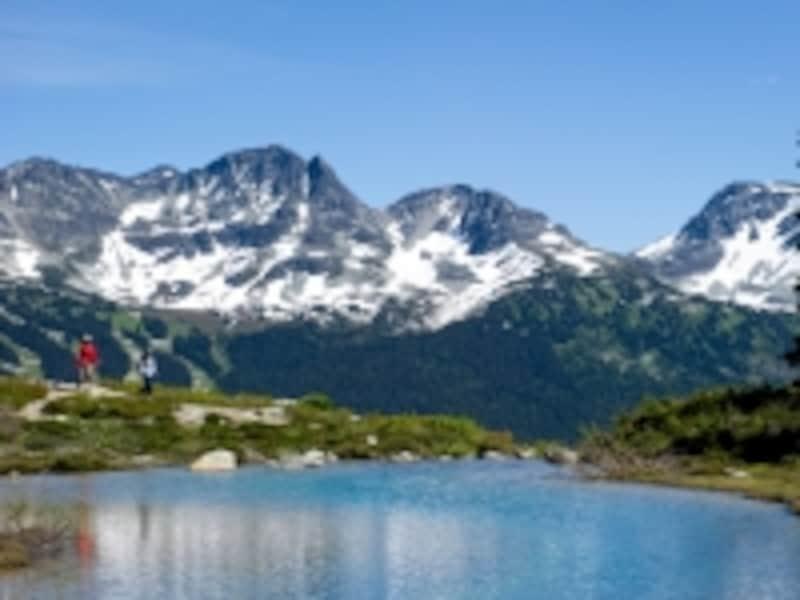 人気ハイキングコースの一つ、ハーモニーレイク。片道2.5km、標高差130mなので、やや長めのコース。帰りはお父さんが肩車する気合があれば、大丈夫?!(C)TourismWhistler/MikeCrane
