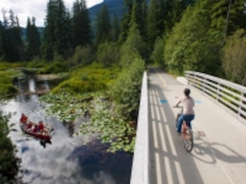 カヌーと自転車は、手ごろなアウトドアアクティビティ(C)TourismWhistler/MikeCrane