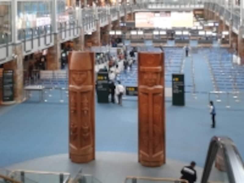 バンクーバー空港の入国審査場。先住民文化のオブジェがお出迎え(C)BlueWorks