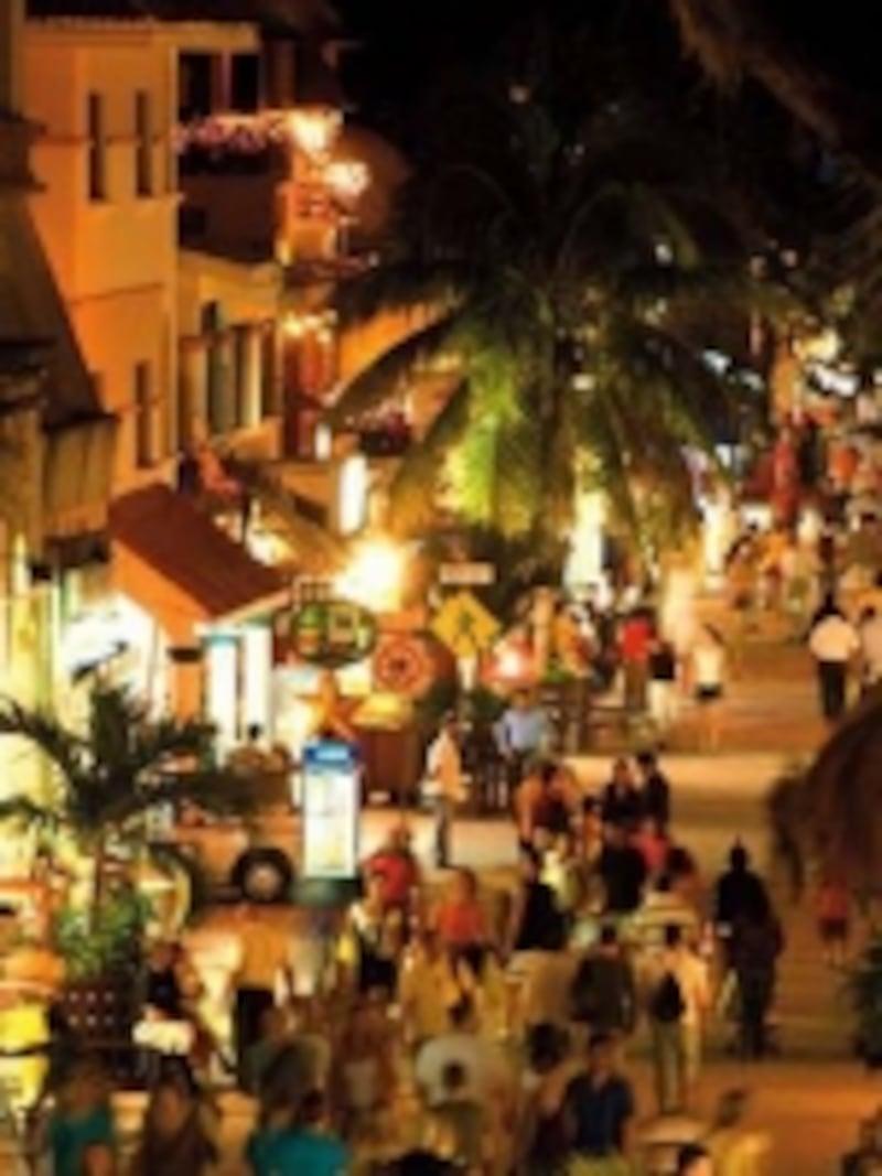 夜も人通りが絶えないプラヤ・デル・カルメン五番街©リビエラマヤ観光局