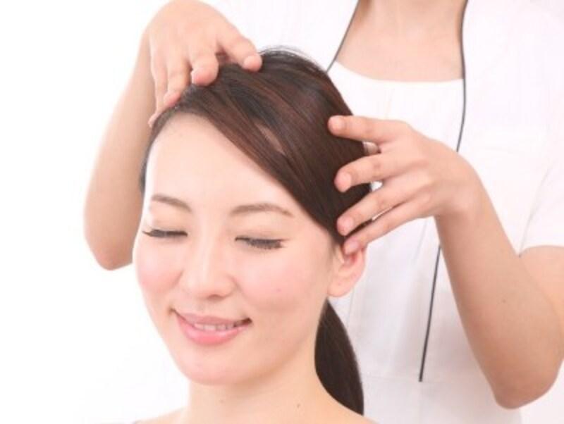 頭のマッサージで顔のむくみ解消!