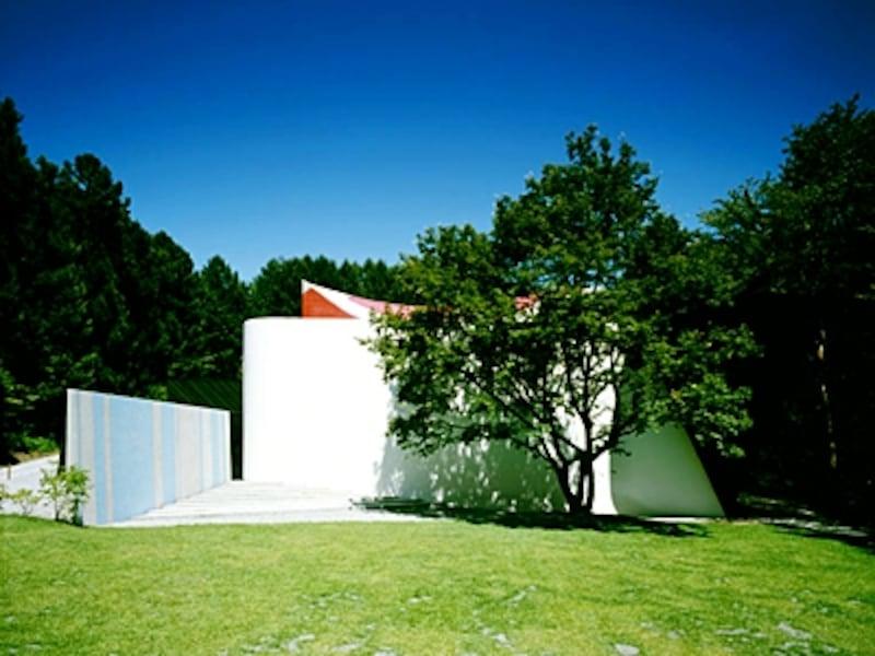 自然の中にそびえる、中村キース・へリング美術館