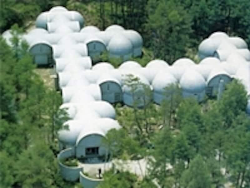 村野藤吾設計の連続半円ドーム形の構造を持つ建物
