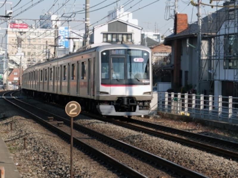 東急東横線。東横線は普通運賃のみで乗車可能な特急・急行を頻繁に運転しているのも大きなメリット