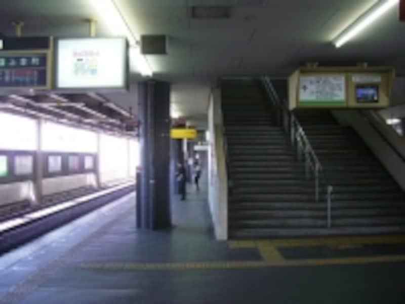 ホームが2層にわかれる近鉄「布施」駅。ホームからさらに上部ホームへ向かうエスカレーターが見える。