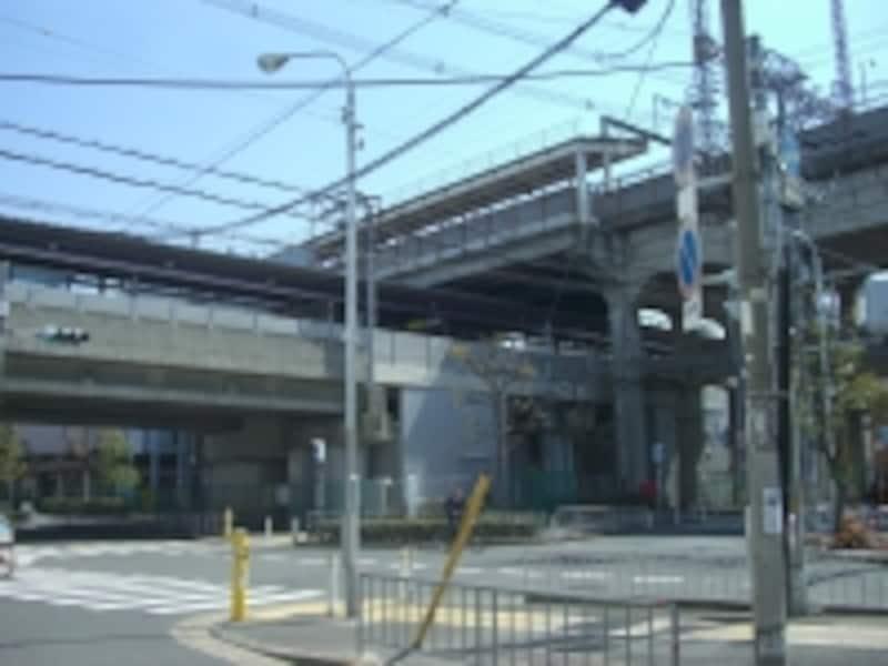 下がJR「河内永和」駅、上が近鉄「河内永和」駅。南へ10分も歩かないうちに今度はJR・近鉄両「俊徳道」駅がある。
