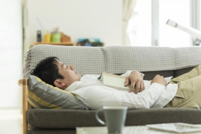 ソファで寝ている男性