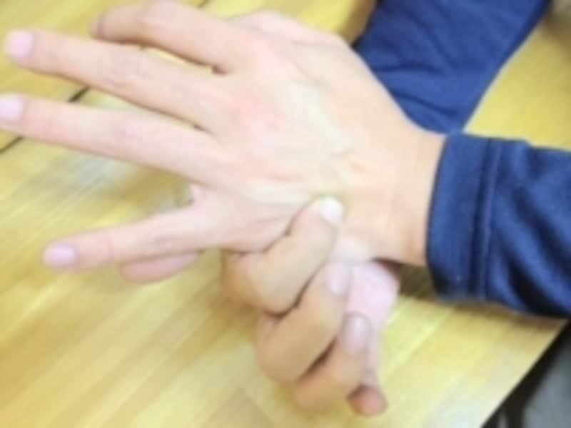 薬指と小指の骨の間を手首寄りに探ります