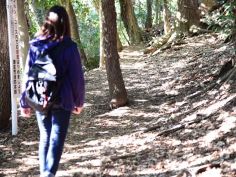 鎌倉は、ハイキングコースを上手に使うと効率的に移動できます。ハイキングコースを歩くには、動きやすい服装、滑りにくい靴、飲料水など山歩きの最低限の準備が必要です。