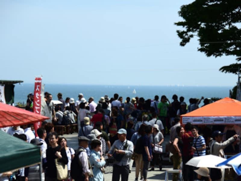 「長谷の市」でにぎわう長谷寺境内。由比ヶ浜の海が間近に見える