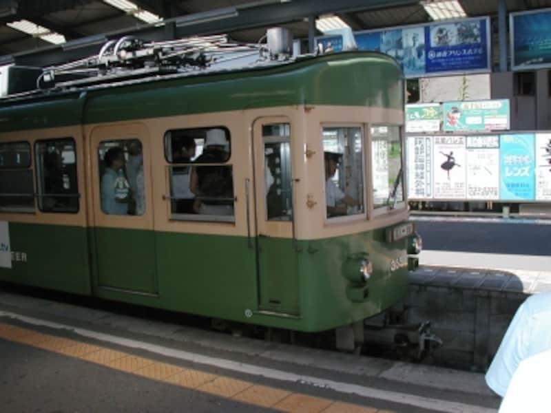 長谷駅に停車中の江ノ電