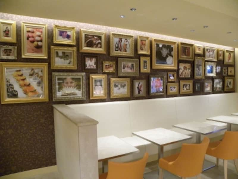 「オクシタニアル東京本店」カフェスペースの壁には、ステファン・トレアン氏の写真が多数飾られている。