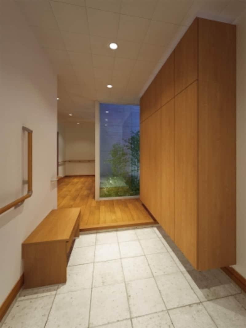 玄関収納と合わせて、ベンチをプランニング。腰をかけるだけでなく、荷物を一時置き場としても。使い方に合わせて手すりを設けて。[ハピアベイシスフラット縦木目タイプ<ティーブラウン>]undefinedDAIKENhttps://www.daiken.jp/