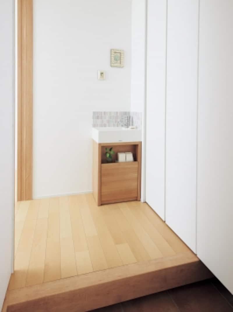 玄関近くにコンパクトな洗面コーナーがあると使い勝手もいい。[アクアファニチャーundefinedスクエアスタイル]undefinedパナソニックエコソリューションズundefinedhttp://sumai.panasonic.jp/
