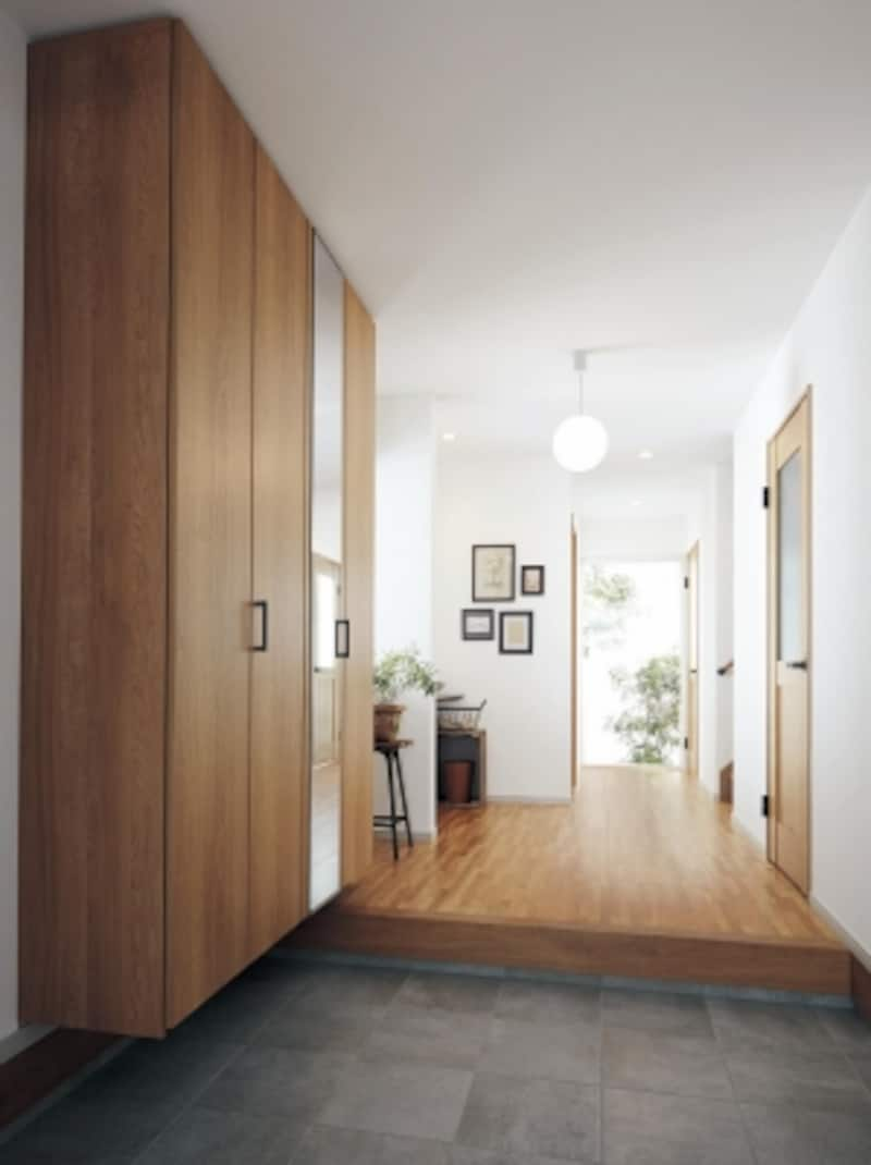 広々とした明るい玄関。光の射し込む窓、豊富な収納などを設けることで、すっきりとした空間が生まれる。[ベリティスundefined玄関用収納クロークボックス空間イメージ(玄関側から)イメージ]undefinedパナソニックエコソリューションズundefinedhttp://sumai.panasonic.jp/