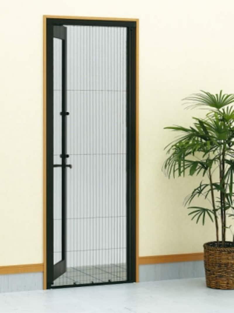 窓だけでなく玄関にも網戸を設け、家の中に風を行き渡らせることで、快適さを確保できる。[横引き収納網戸フラットundefinedXMAundefined片引きタイプundefinedB7:カームブラックundefined内観undefined※全閉(網戸使用時)]undefinedYKKAPhttp://www.ykkap.co.jp/