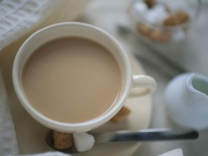 紅茶に牛乳を入れた香り高いミルクティー