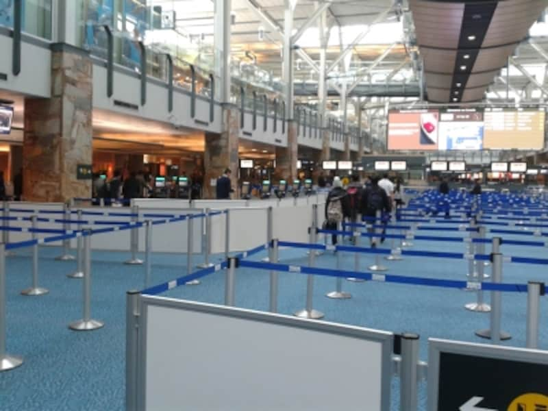 バンクーバー空港の入国検査場。夏の繁忙期には長蛇の列で、検査官にたどり着くのに1時間近くかかることも!