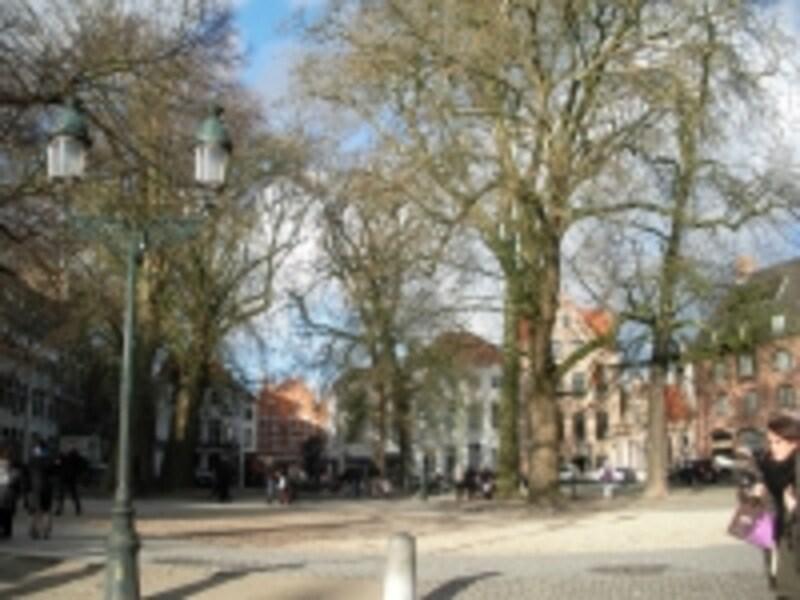 ブルグ広場、市庁舎の反対側の広場