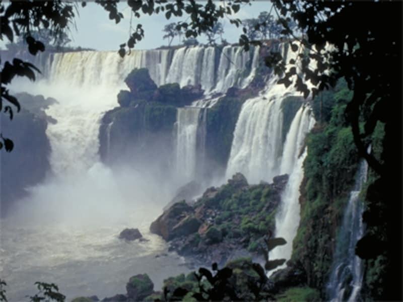季節によって、大小の滝は表情を変えるundefined写真提供:アルゼンチン観光局
