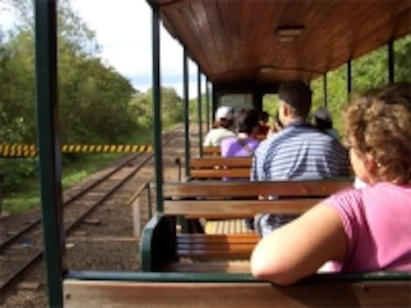 イグアスの風を感じつつ、国立公園の奥に進んでいく鉄道