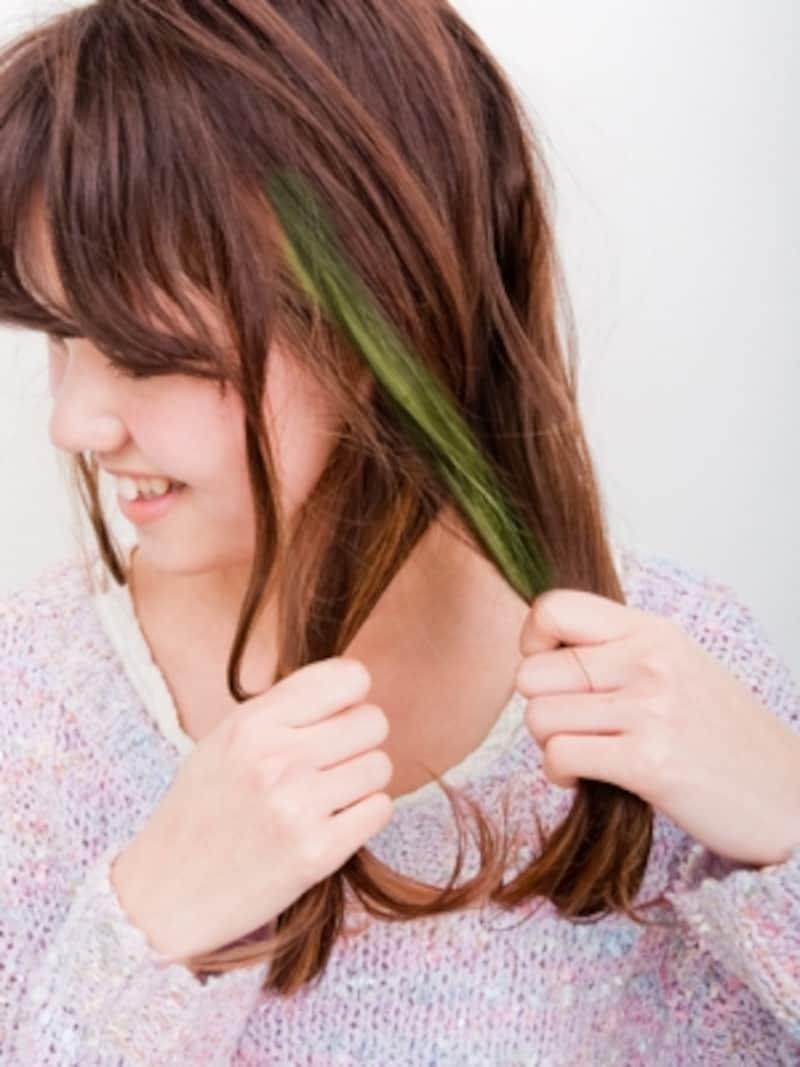 手前の毛束の4分の1(グリーンの部分)を後ろの毛束に合わせる