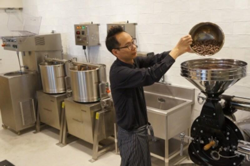 カカオ豆を焙煎する機械に入れている様子