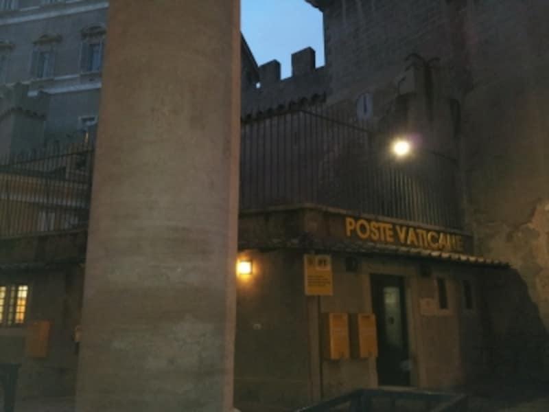 広場右側柱廊の奥にあるバチカン郵便局。この左にトイレがあります