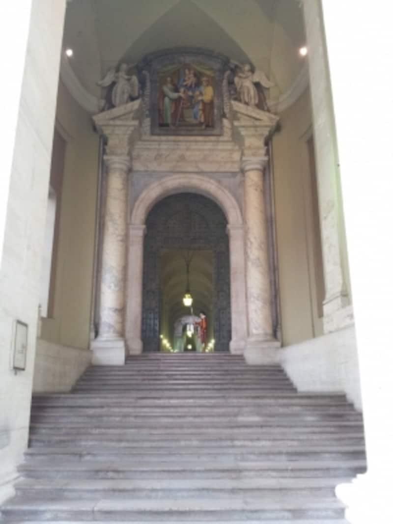 ブロンズの大扉でバチカン宮殿を警護するスイス人衛兵