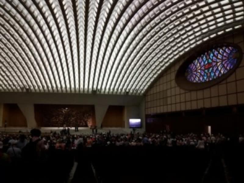 教皇謁見のためには収容人数12000人の謁見ホールがあります。