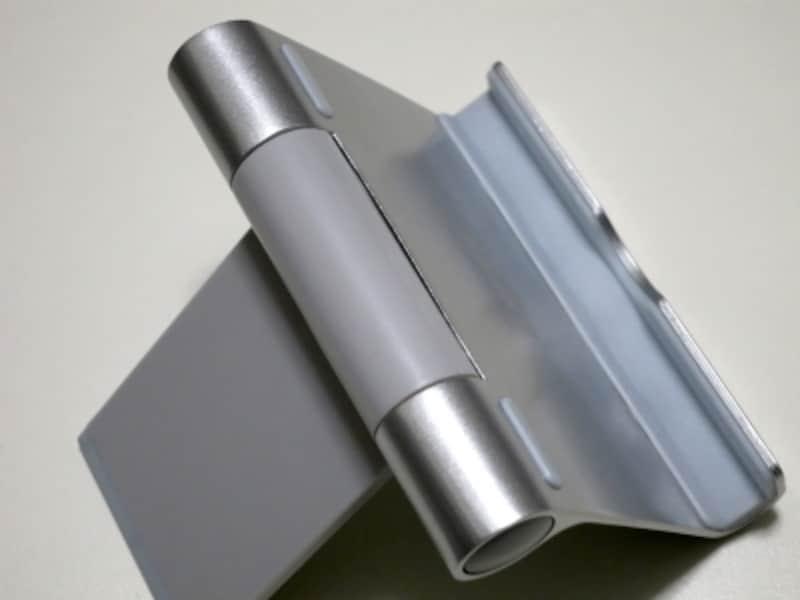 コム製のパッドがiPadをしっかりとホールドする