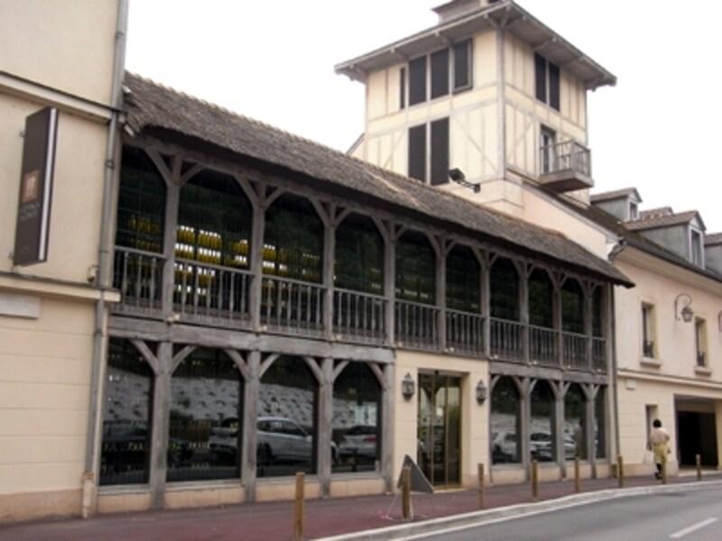 ヴェルサイユ街道に沿って-ホテルの外観