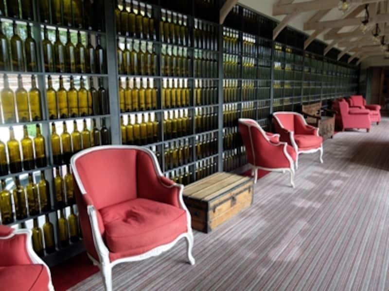 レストランに通じるコリドー(廊下)に並ぶワインボトル
