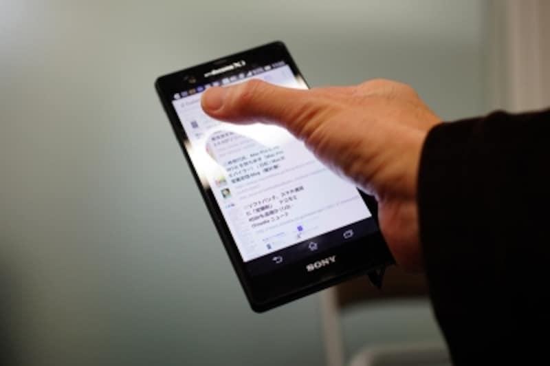 XperiaZを片手で持って操作した例。親指が画面端に届きにくくなっています。