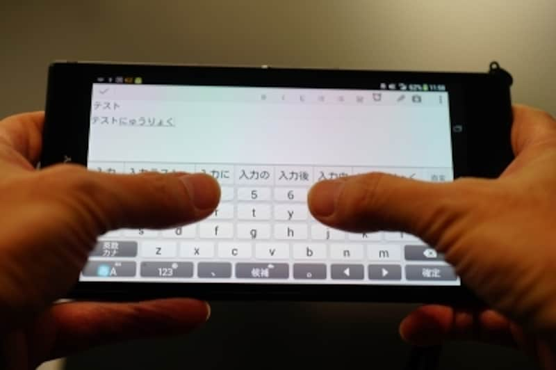 XperiaZUltraにて、両手持ちにて親指入力した例。