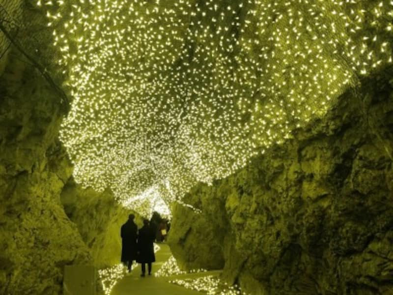 『湘南の宝石』開催にあわせ、第二岩屋では、日中、ライトアップが行われています。