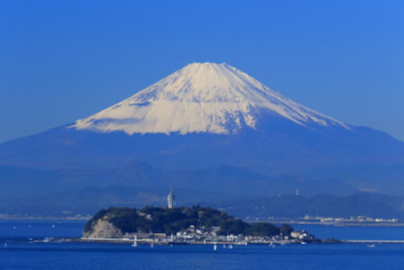 冠雪した富士山と江ノ島。雄大な景色が楽しめるのも、冬ならでは