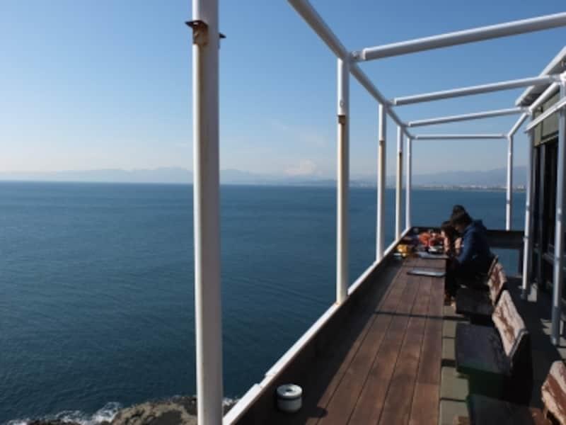 魚見亭テラス席からの海の眺め