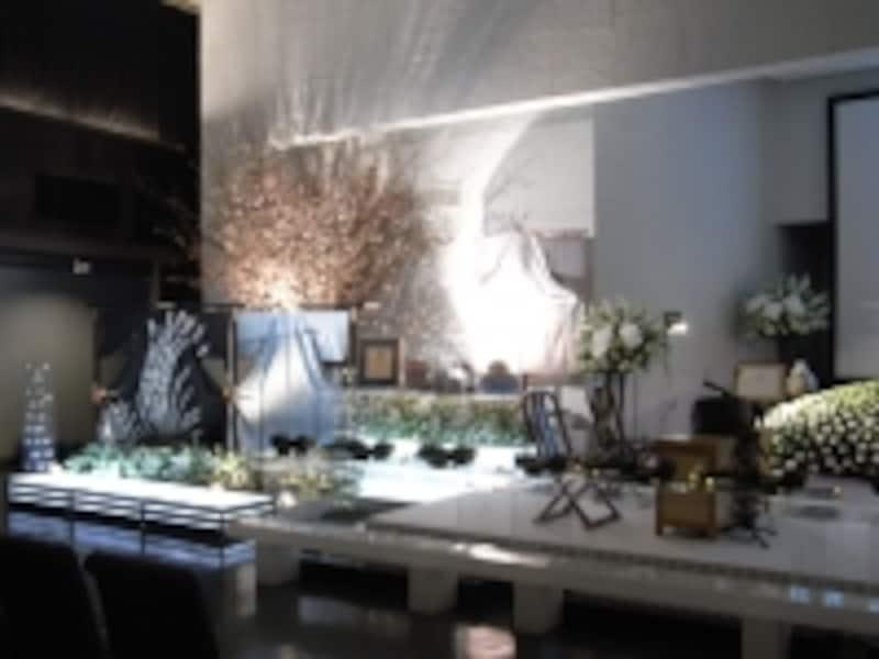 桜の花を見ながら、好きなものに囲まれてお酒を飲んでいる姿をイメージして作られた祭壇