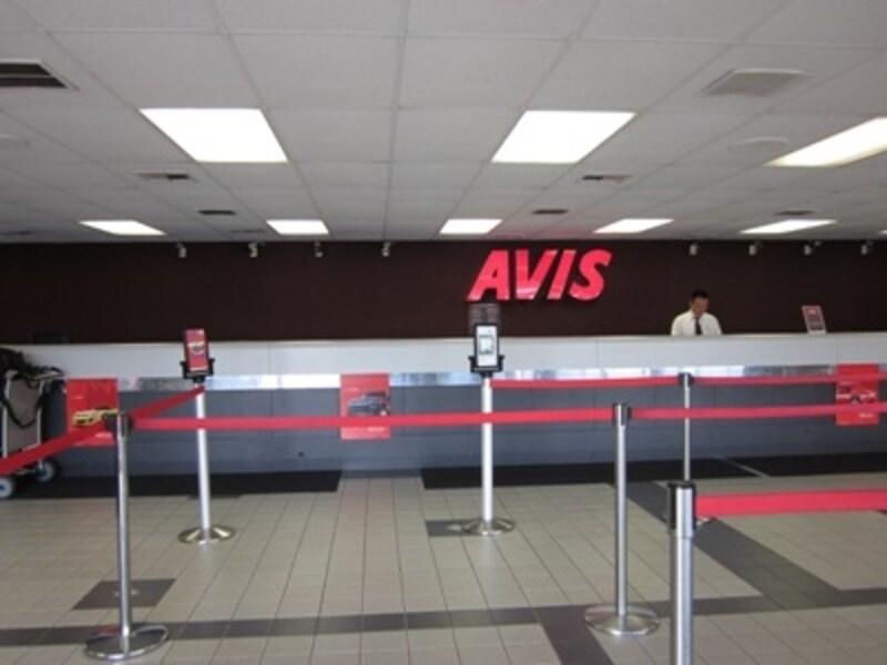 ロサンゼルス国際空港近くのエイビスのカウンター